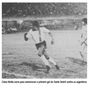 Celso Motta corre para comemorar o primeiro gol do Santo André contra os Argentinos